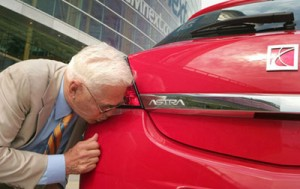 Bob Lutz kissing Saturn goodbye
