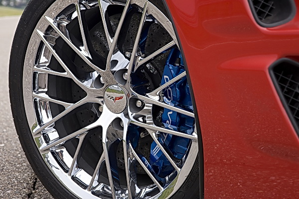 Chevrolet Corvette ZR1 20-spoke 19″ (front) wheel and Brembo carbon-ceramic brakes
