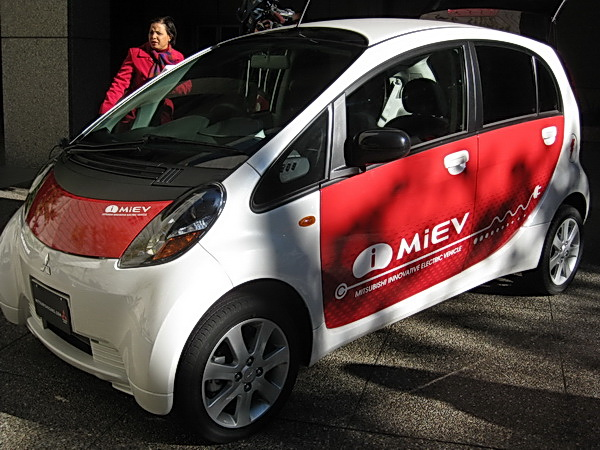 http://reviews.carreview.com/wp-content/uploads/2008/11/mitsubishi_imiev_delivery_021.jpg