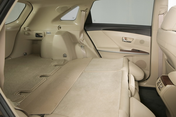 seats fold flat in Toyota Venza